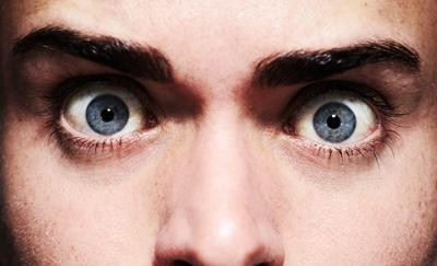 Болит глаз под верхним веком больно нажимать связано с воспалением хрящевой ткани. Болит верхнее веко глаза от попадания пыли.