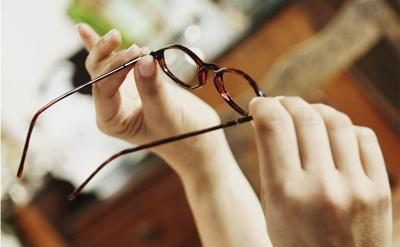 Как правильно мыть очки для зрения