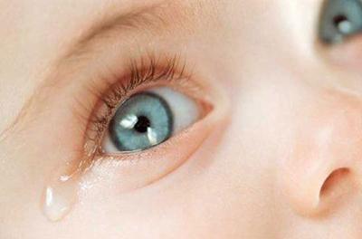 Слезятся глаза у грудничка - причины, способы лечения