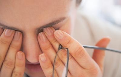 Чешутся глаза - что делать: причины и лечение